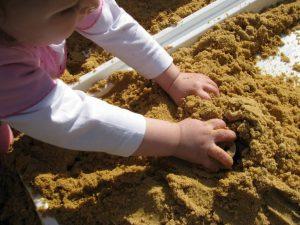 trò chơi cảm quan Montessori với cát